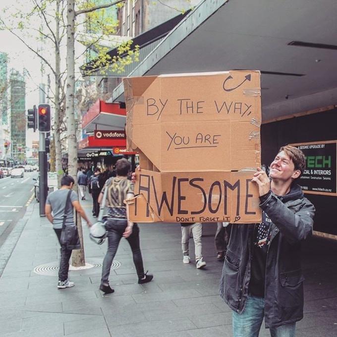Je tenais des classes dans la rue. En créant un panneau pour offrir à quiconque en aurait besoin, un coup de main pour créer son CV, donner de la valeur a son profil ou encore pour son business plan. Il ne me restait plus qu'à attendre.