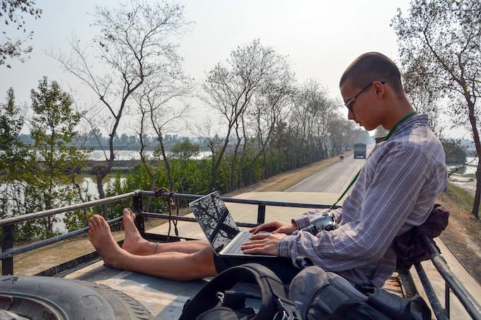No man is above work, even when atop a bus. / Aucun homme ne peut échapper au travail, même sur le toit d'un bus.
