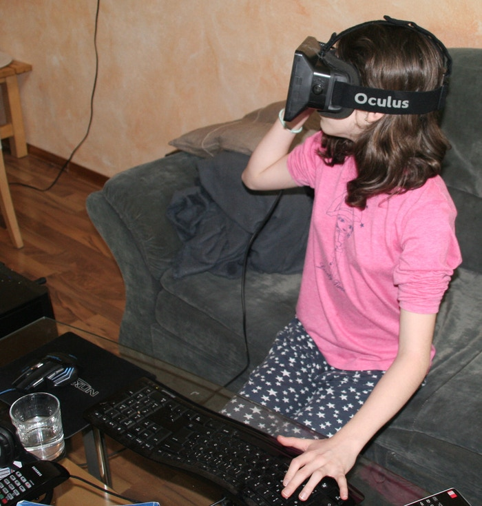 Looking around in the tavern and enjoying the awesomeness of VR: Meet my daughter.
