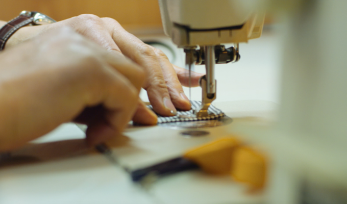 For a better result, the fabric is lined with the sewing machine.