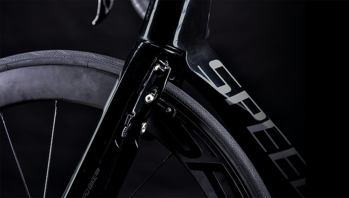 We've hidden the brake behind the front fork, making it look more aerodynamic than ever.