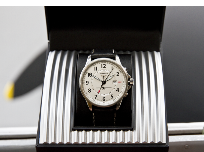 The Junkers J1 watch comes in a noble gift box