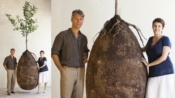 Anna Citelli e Raoul Bretzel con il modello da esposizione della Capsula per il corpo