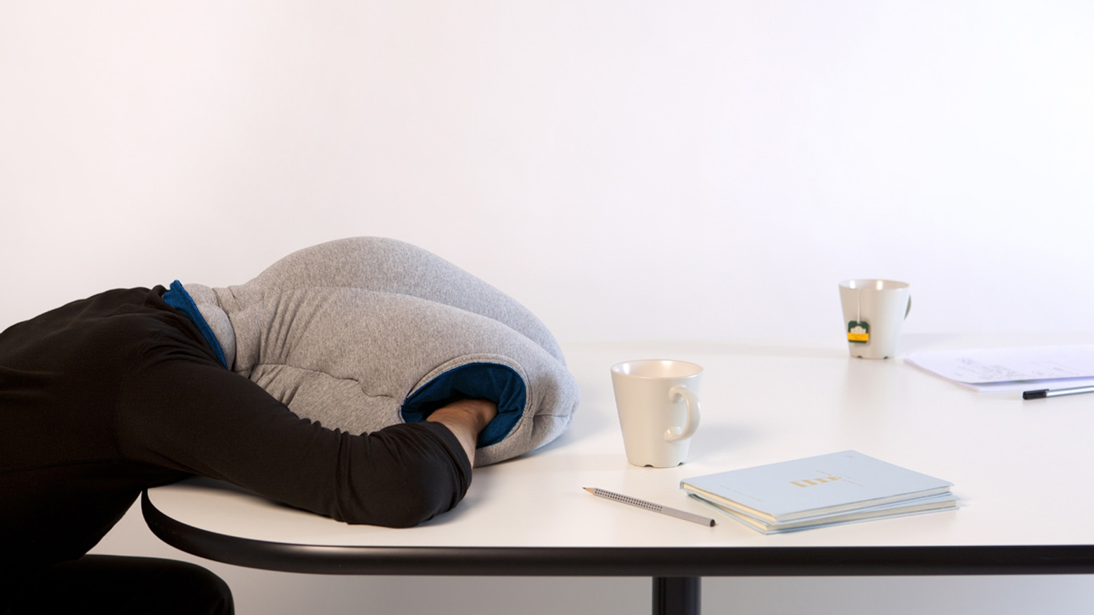 OSTRICH PILLOW offers a micro environment in which to take a comfortable power nap in the office, travelling or wherever you want.
