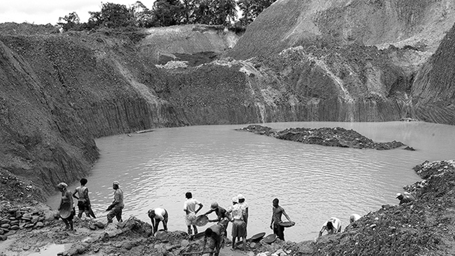 Photography and drawing that examine environmental, social and economic consequences of current mechanized mining practices in El Chocó