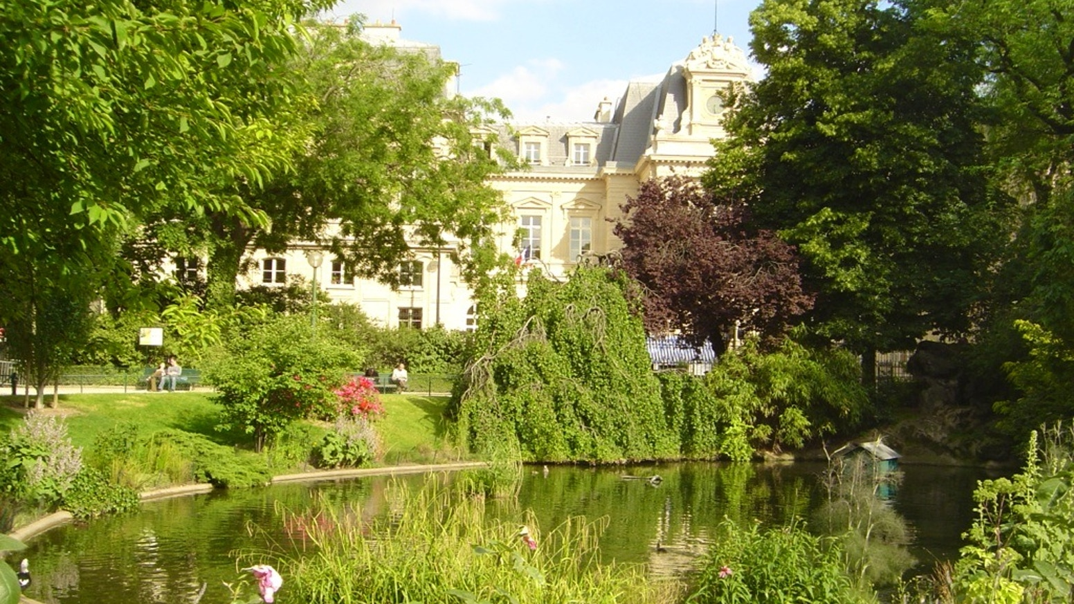 Discover the hidden parks of Paris with this historic, first-ever travel book published by Éditions L'improviste – Paris.