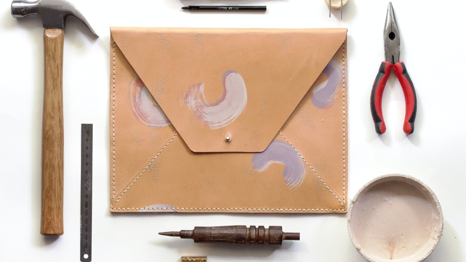 Epoché is a line of vegetable tanned leather goods that fuse fine art with fashion resulting in modern and sophisticated designed bags.