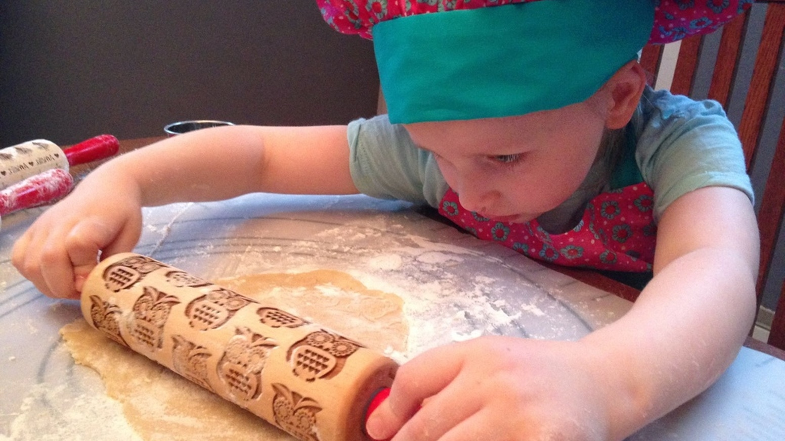Little chefs will stay busy for hours playing and baking with patterned rolling pins just their size. Now lets bake and eat cookies!