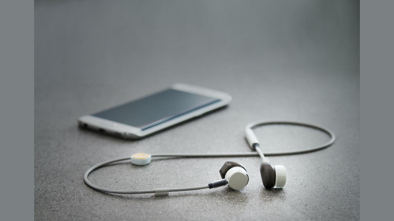 wireless-earphones-earpodes-bluetooth-small-gadget-techs-techsparadise