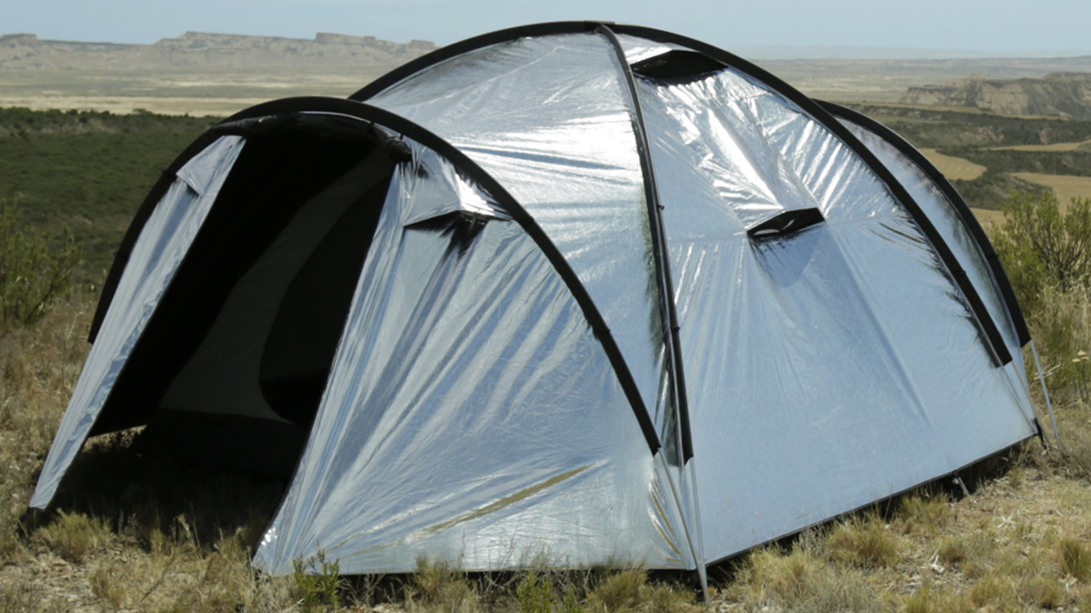 Ultra-reflective fly fabric + built-in fans = the best possible sleep when camping. Even in blazing sunshine!