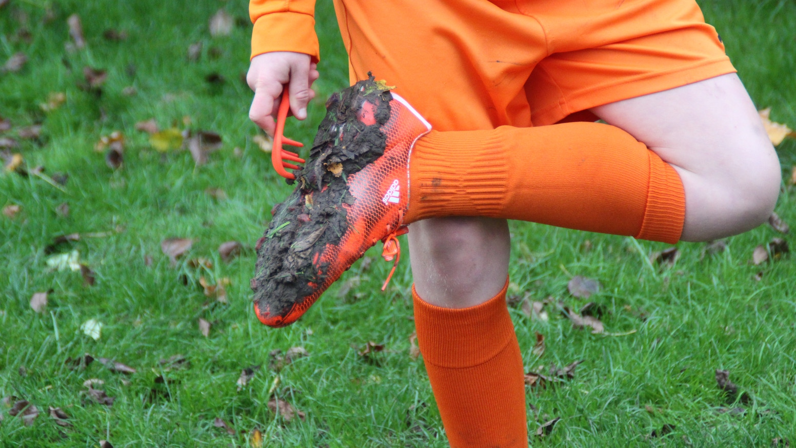 A pocket-sized, lightweight tool (with integrated stud key) for removing compacted mud from football boots, rugby boots and trainers.