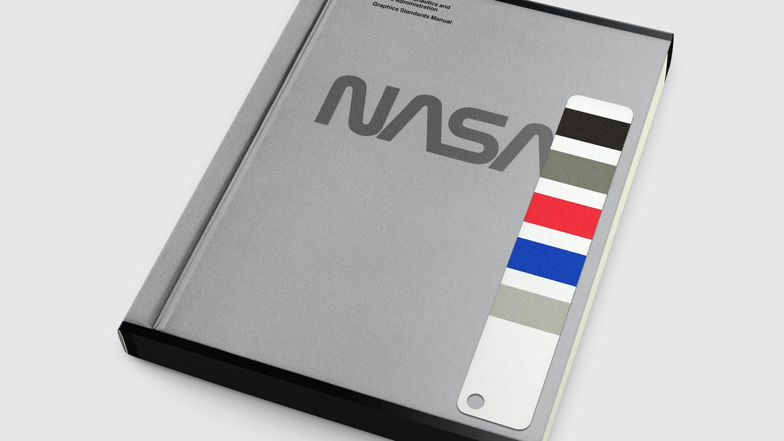 Réédition et traduction française de la norme graphique conçue par Danne & Blackburn pour le redesign de la NASA en 1975.