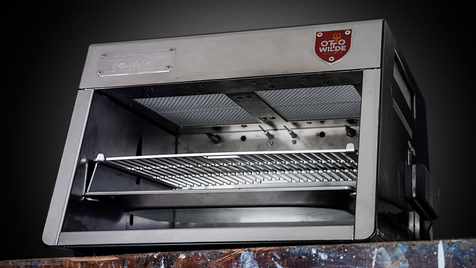 Otto's O.F.B. (over-fired broiler) gas grill brings steakhouse quality to your home through temperatures of up to 970˚C/1700˚F.