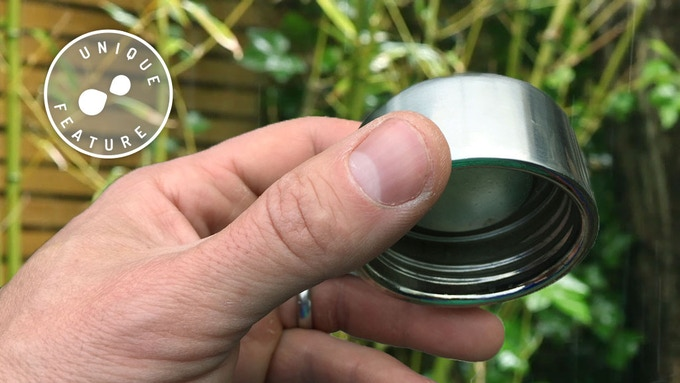 The double walled vacuum insulated metal screw cap keeps all the heat in the flask.