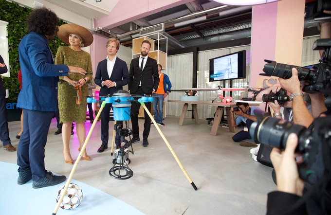 Presenting the Mine Kafon drone to Queen Maxima at the Singularity U expo in Eindhoven, the Netherlands.