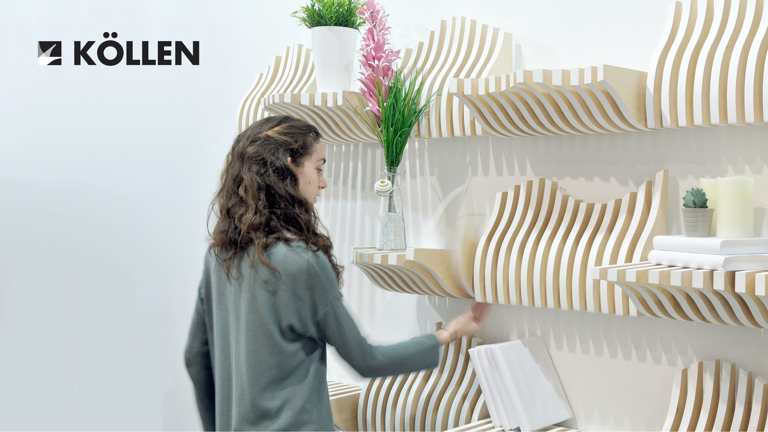 Modular and interactive bookshelf formed by pieces which can be placed differently depending on the objects put on it.