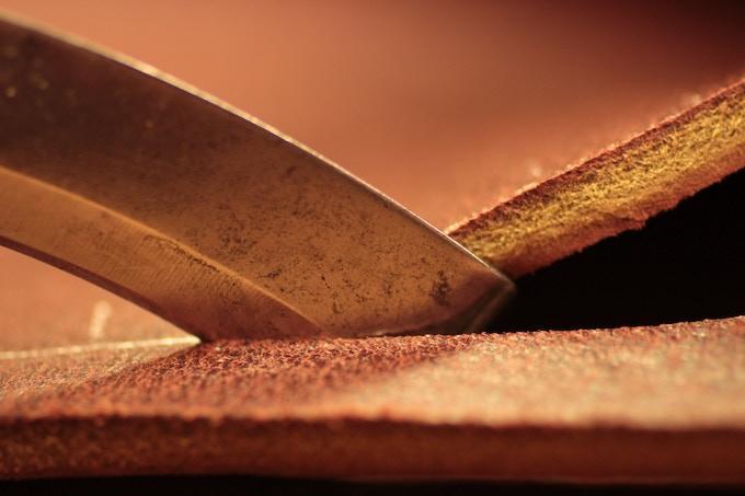 Lip knife cutting sole leather