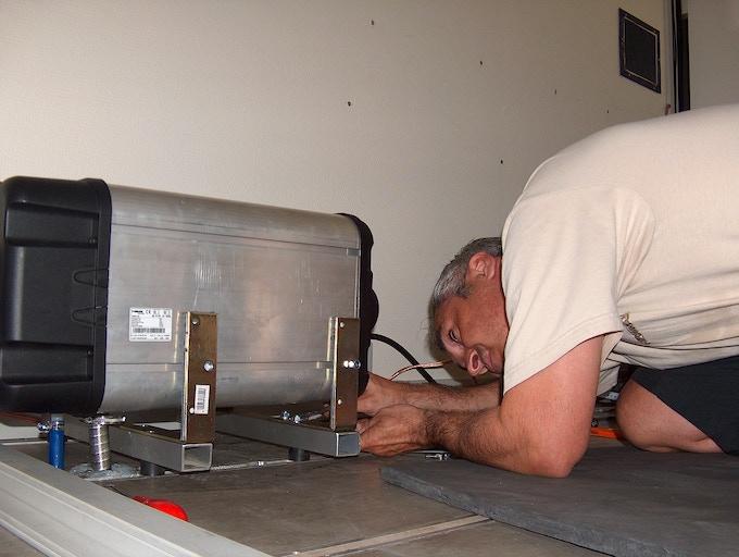 Installation of the WEBASTO Dual Top RHA 1000 diesel heating with 11l water boiler.