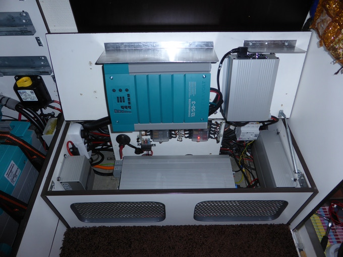 A 50 A Mastervolt battery charger completes the ensemble.