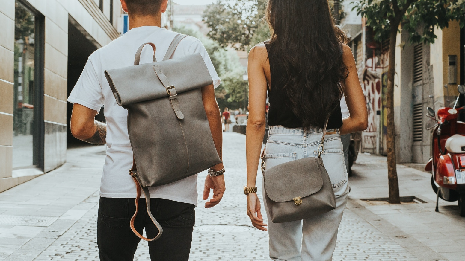 Laauw is a young Dutch brand that created a collection of leather bags that meets the needs of today's life in the city.