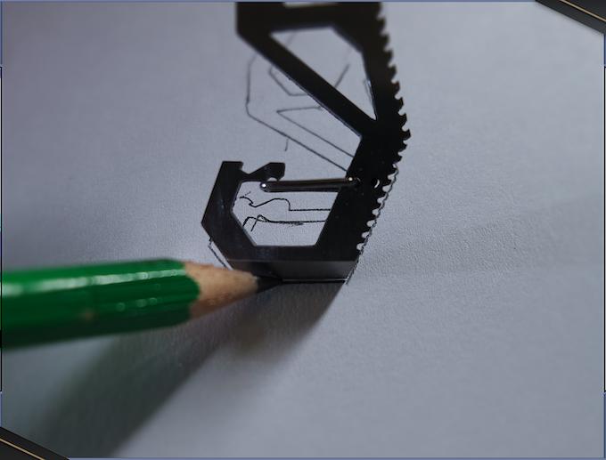 En plus de tailler les mines, il peut aider à tracer de petites lignes droites (utile pour surligner des textes, par exemple).