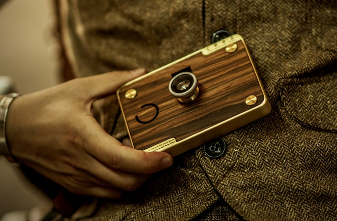 Taking photos and understanding your camera take time, as days by used the warm touch on the wood surface and brass will become memory between you and the product, develop a friendship between users and CROZ.