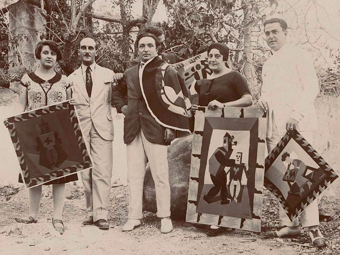 Depero (center) with William Jannelli and family showing Depero-designed fabric inlay panels, Castroreale Bagni, Italy, 1926. Photo (not in The Bolted Book): Mart, Archivio del '900, Fondo Fortunato Depero.