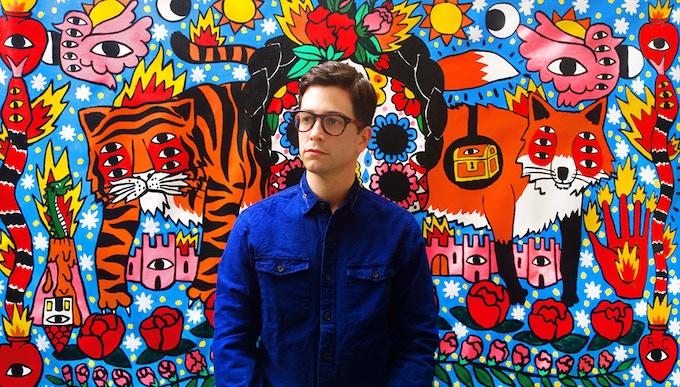 Ricardo Cavolo devant une de ses fresques