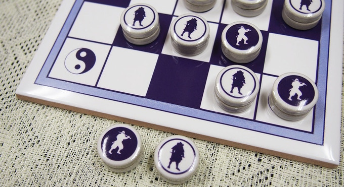 Two figures are printed on the pieces reversibly.