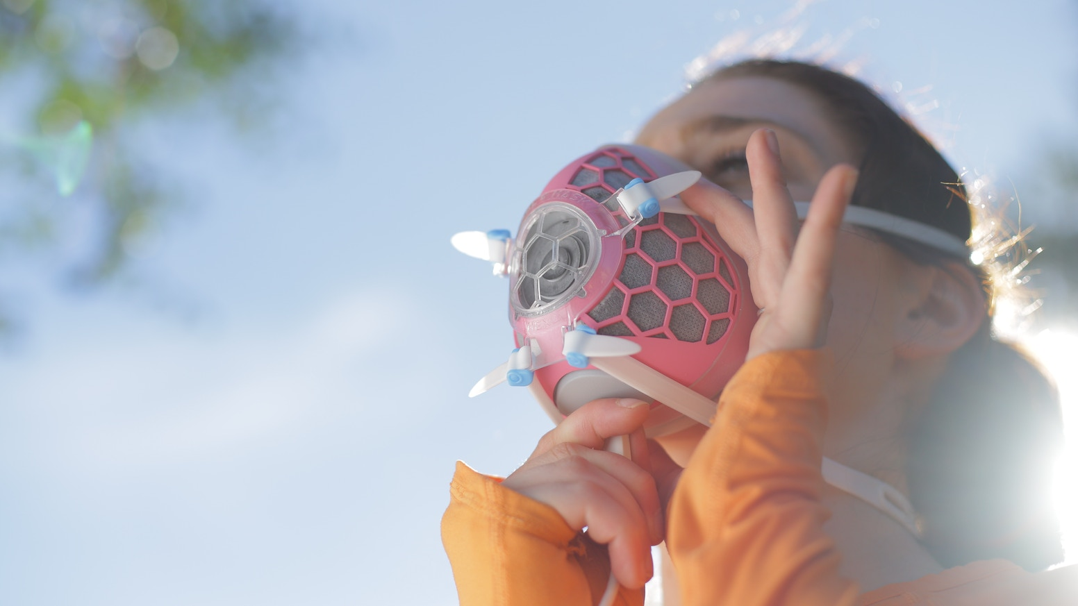 Hexa is the first ever smart air filter mask. It cleans and monitors the air you breathe, providing protection and comfort.
