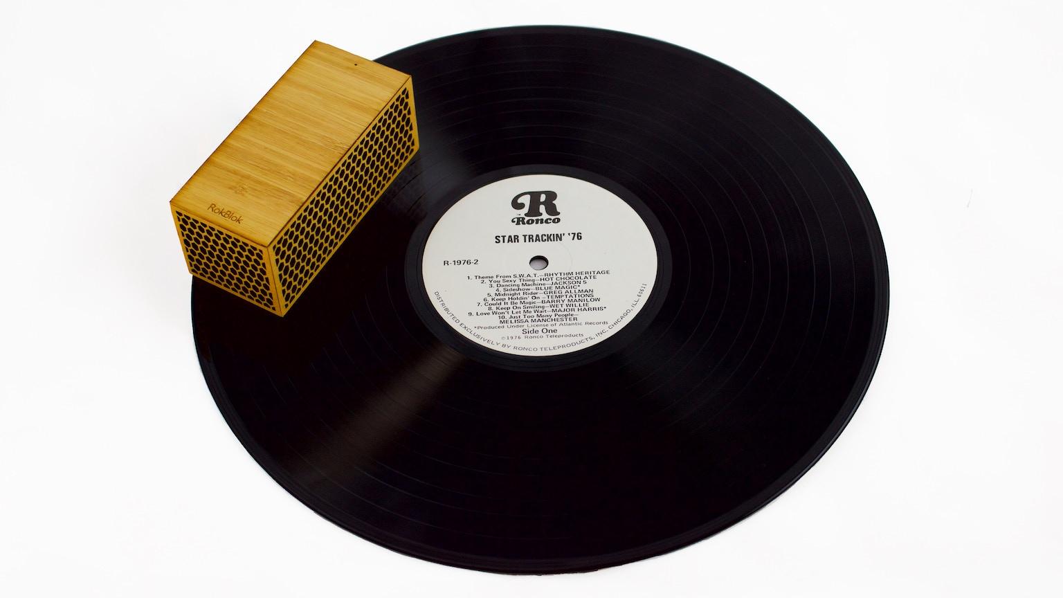 レコードの世界へようこそ! レコード盤の上を走るポータブルレコードプレイヤー「RokBlok」 5番目の画像
