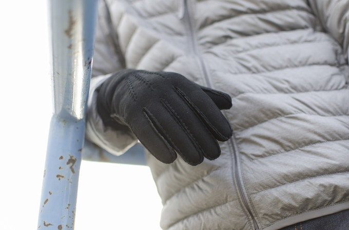 The black shearling gloves add polish to casual outfits
