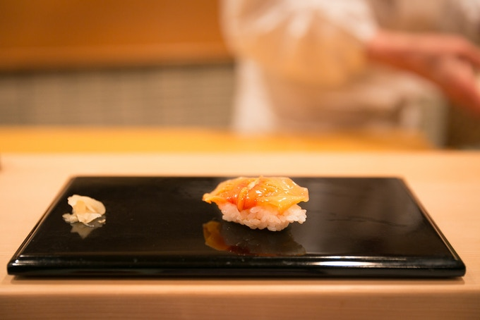 Aka-gai (Red Clam), Sukiyabashi Jiro. Photograph by Cityfoodsters.