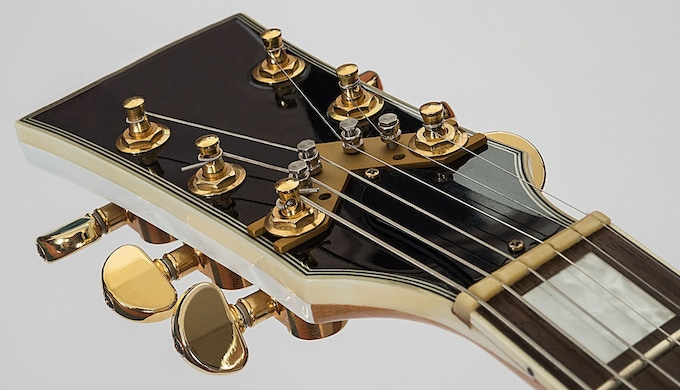 """The """"String Butler"""" gold finish"""
