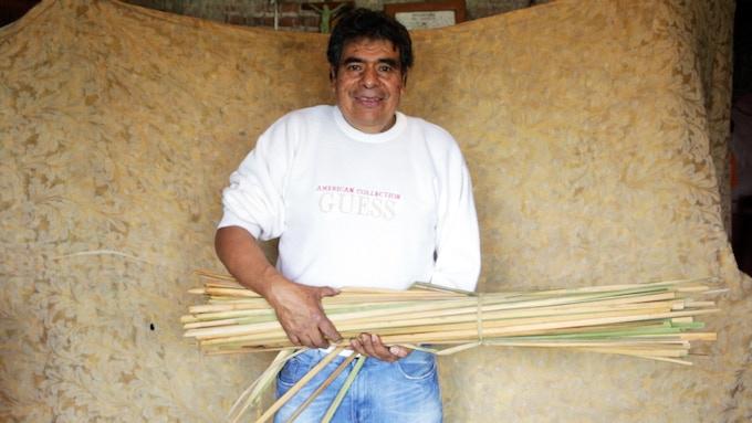 Nacho Morales, master craftsman /  maestro artesano