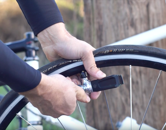 The Inflator head works by twisting the CO2 to inflate your tire. The rate and amount of air are regulated by twisting the CO2 for a faster or slower release of air into the tube.