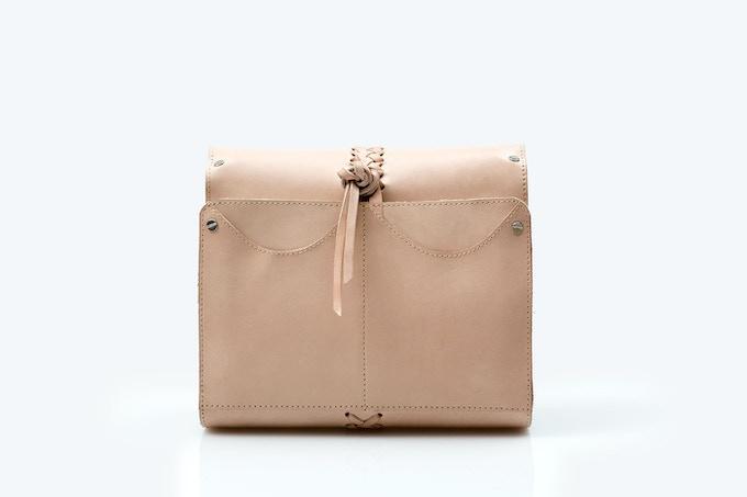 Wash bag (exterior) · Natural vaqueta leather with hand-woven braid / Neceser (exterior) · Vaqueta natural con trenzado tejido a mano [MX$2500]