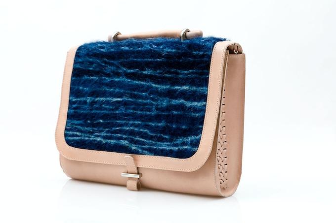 Satchel ·  Natural vaqueta leather with hand-woven braid and Chamula wool dyed with indigo / Vaqueta natural con trenzado tejido a mano y lana Chamula teñida con añil (shibori) [MX$5300]