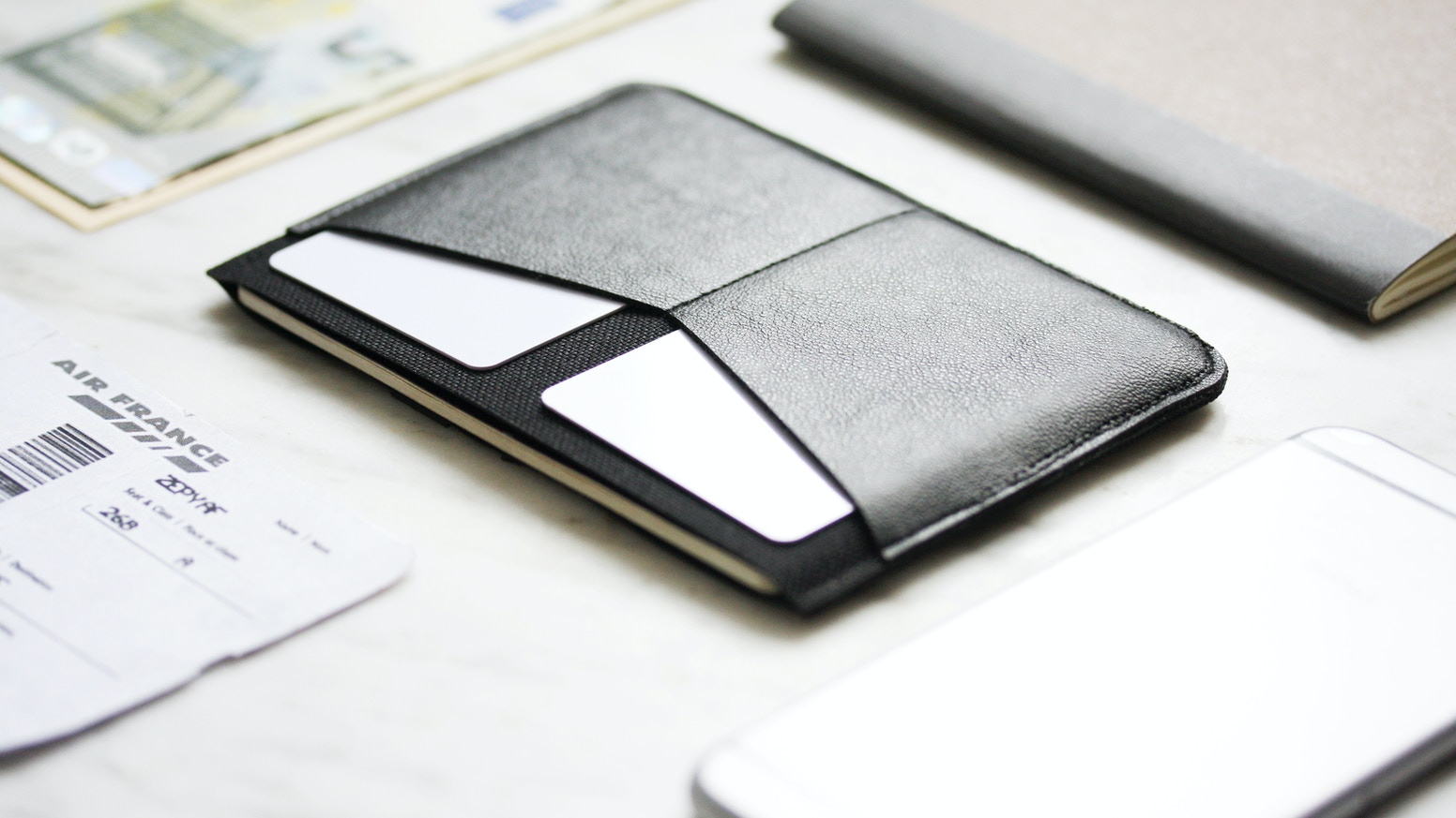The first minimalist cascading wallet that you can fold it as you desire ! Push and see your cards appear in cascade.