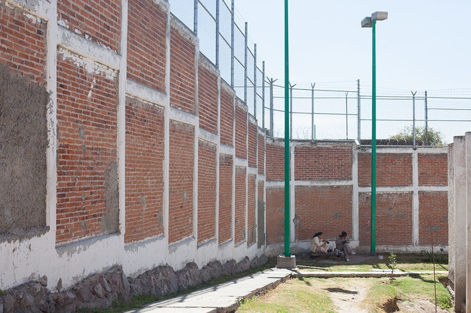 A couple of inmates doing cross-stitch embroidery in the prison courtyard / Un par de internas bordando punto de cruz en el patio del CERESO