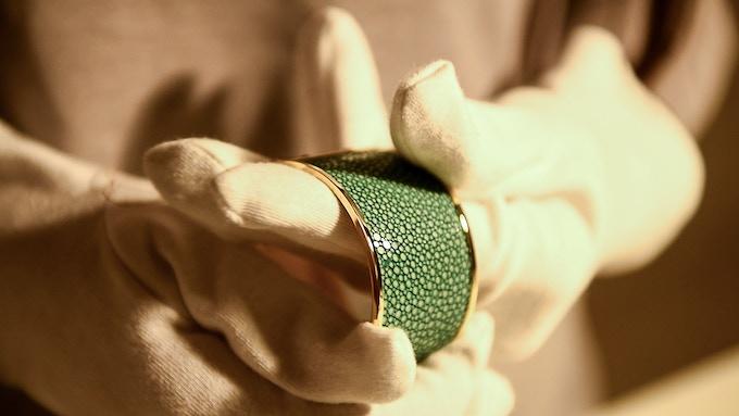 Quality check on a VALERIA bracelet