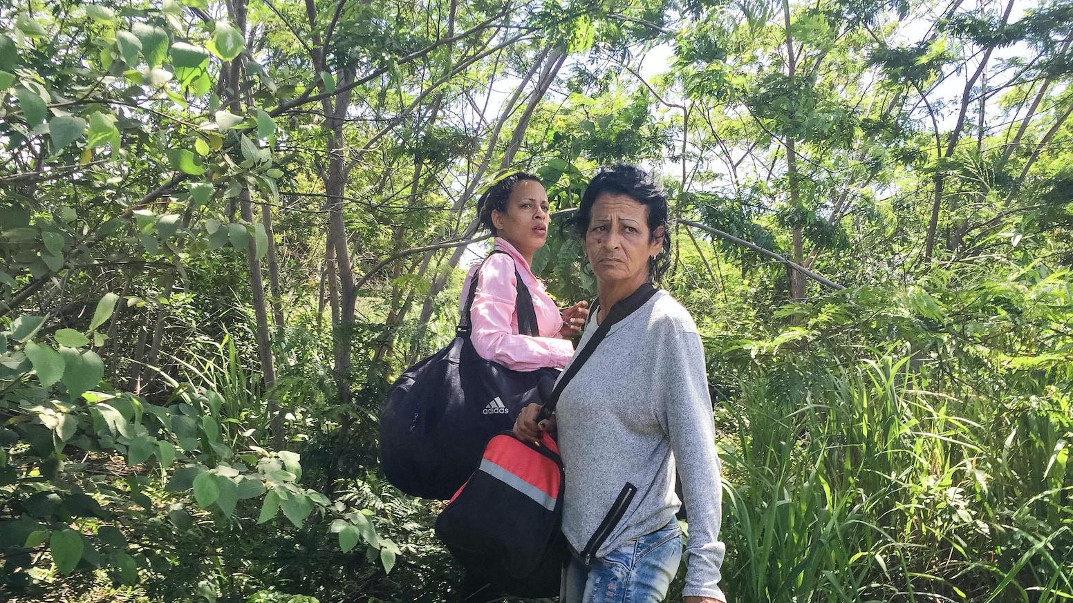 A guidebook following 2 women through 13 countries to the US & a new life. // Una guía sobre la migración de Cuba a EEUU por 13 países