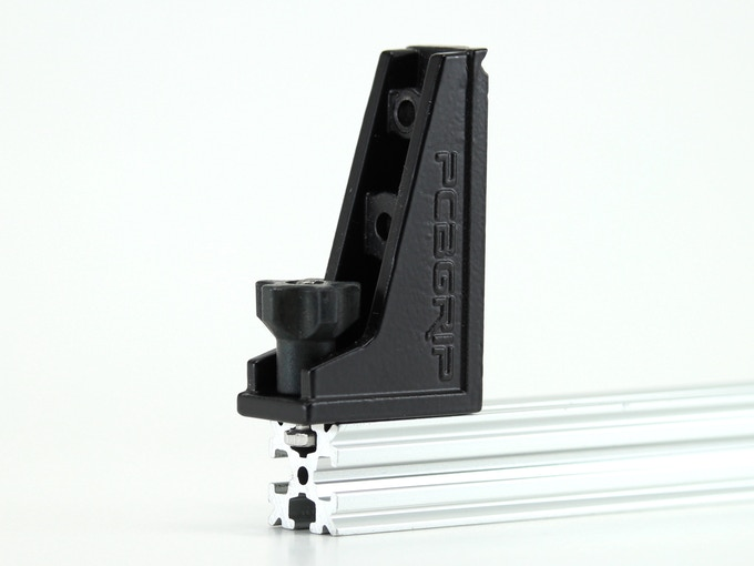 Vise face connects to OpenBeam with standard M3 bolt