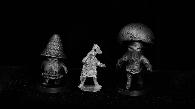 28mm Heroic Bogs Minis VS Warlord Games 28mm Roman Soldier