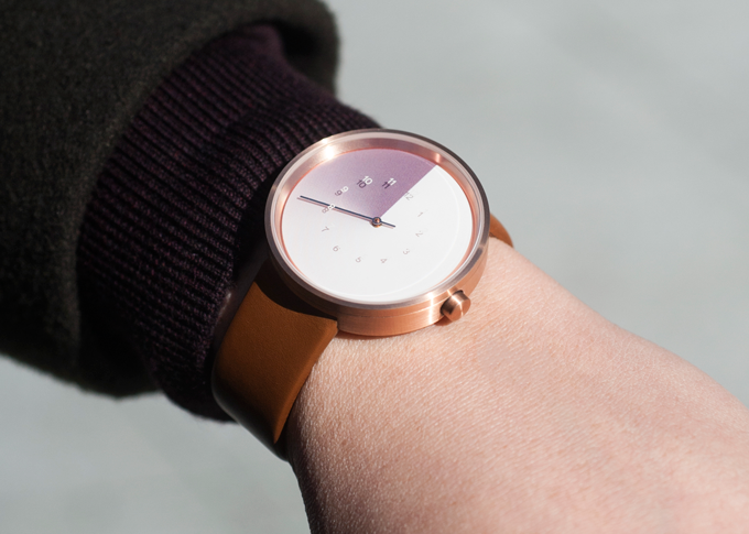 A beautiful light violet gradient compliments the rose gold edition