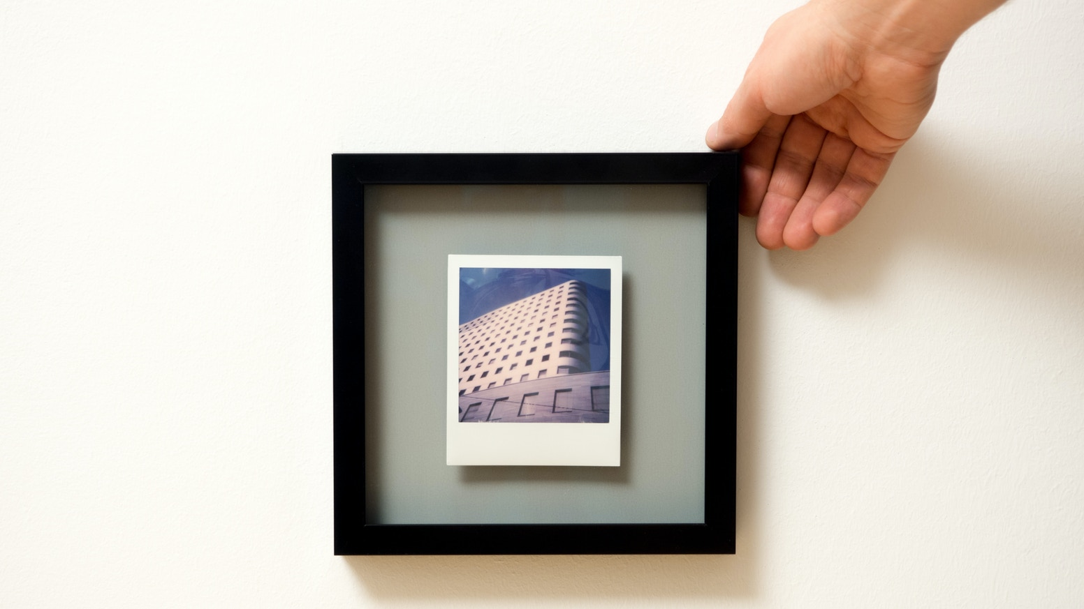 The future home for your best Polaroid pictures. An aluminum distance frame with levitation effect and UV-protection glass