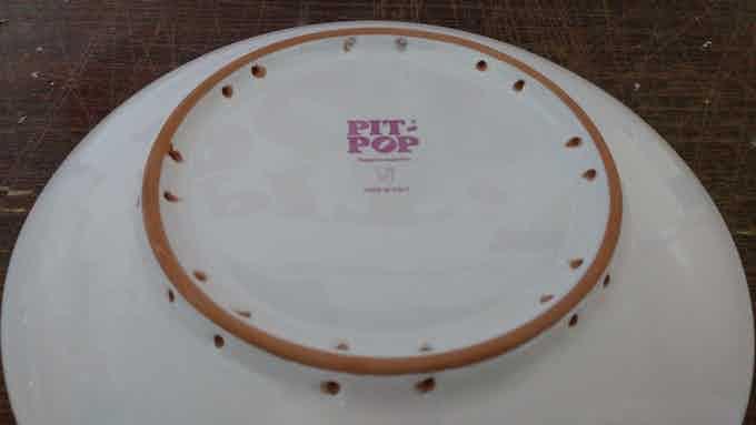 8 doppi buchi ogni 45° per poter appendere il piatto