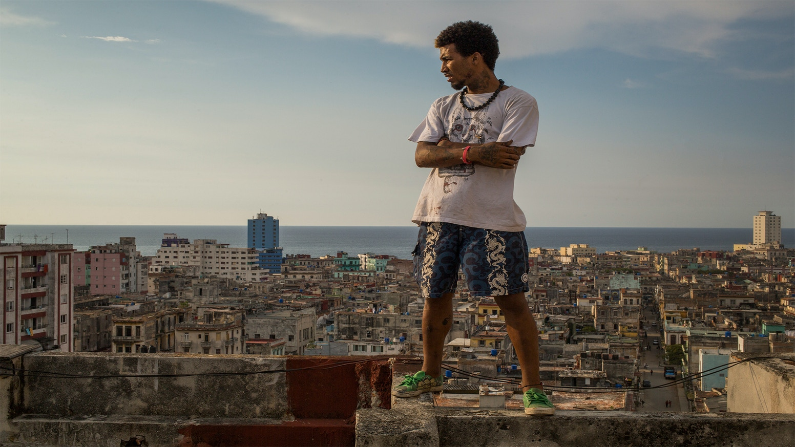 7 ordinary people live in makeshift homes on the rooftops of Havana. Resilient and remarkable they  invite us into their secret world.
