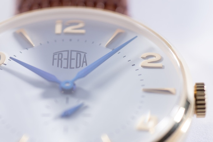 Plano gold/white, dial details with 3d hour marks