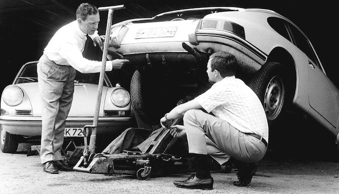 Ferry und sein Sohn Ferdinand Alexander mit dem zweiten Prototyp des 901 (Fahrgestell 13322, Kennzeichen S-04324). Man beachte den Doppelrohrauspuff.